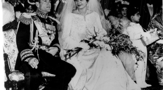 Mohammed Reza Pahlevi y Farah Diba durante la ceremonia de matrimonio (21/12/1959)